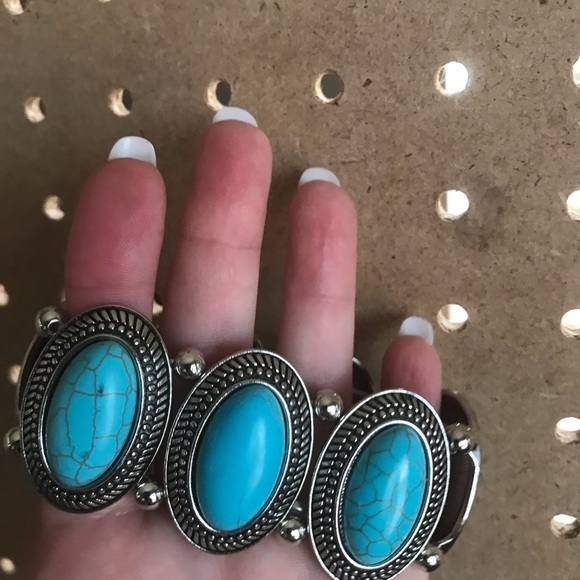 Large stretchy turquoise crackle bracelet.